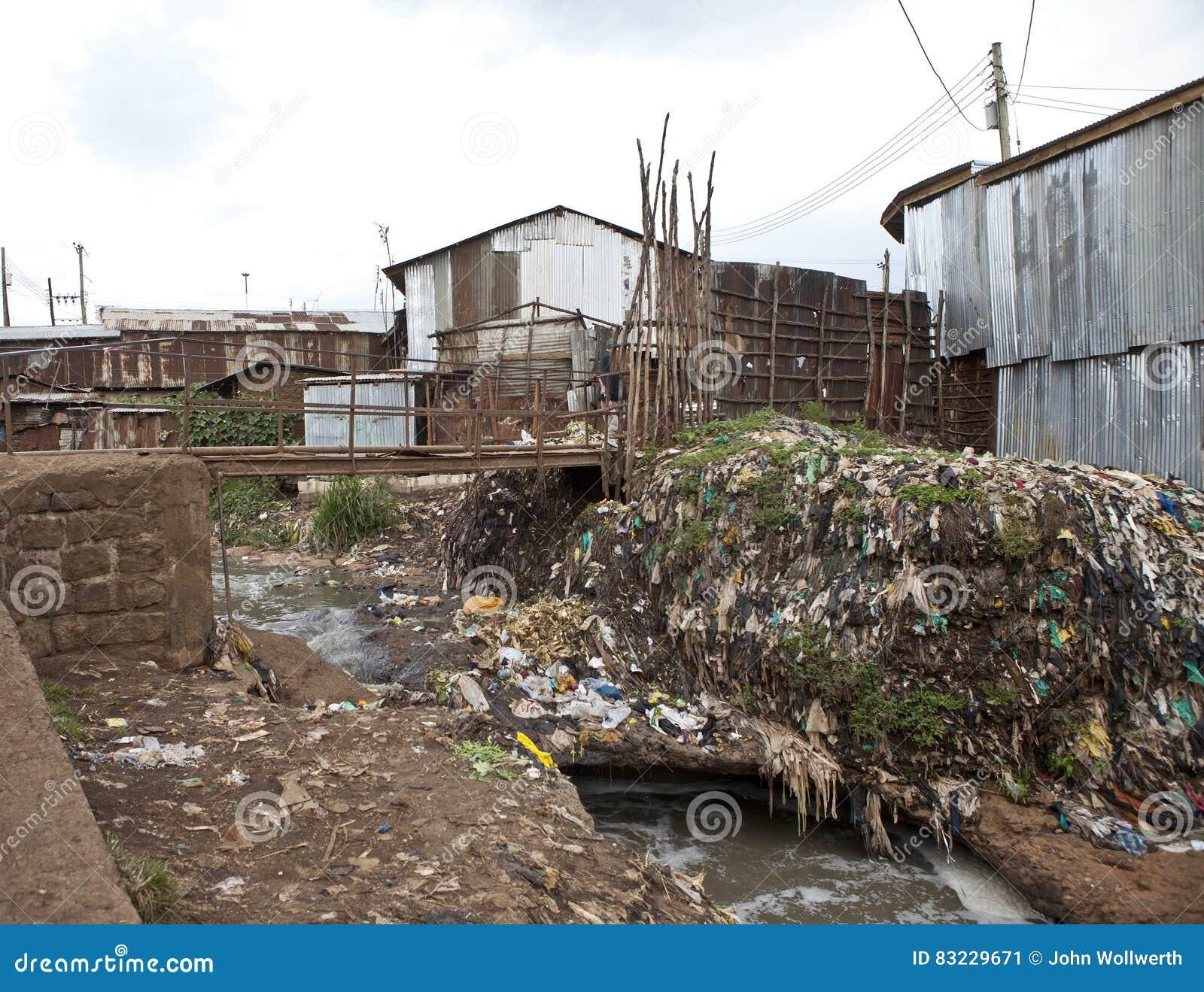Vuile krottenwijk met vuilnis en slecht water