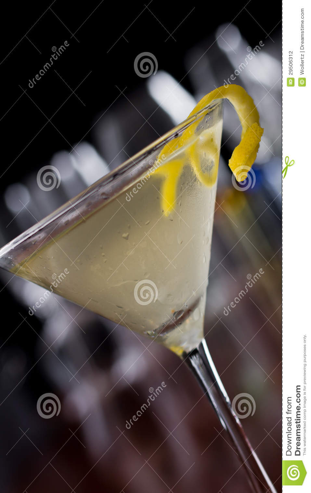 Vuile martini met een citroendraai