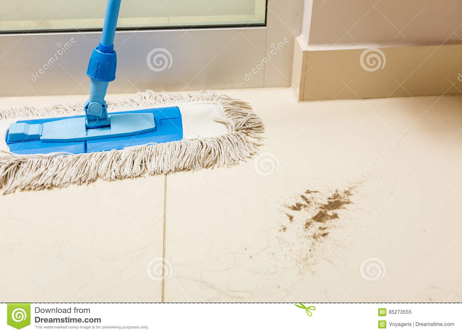 Vuile witte vloer met zand en het schoonmaken zwabber stock