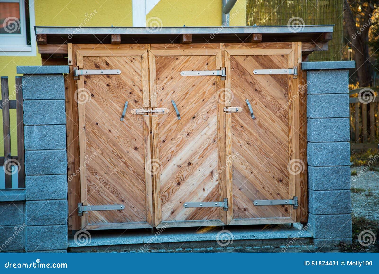 Vuilnisbakken in houten geval, huisvuilhuis