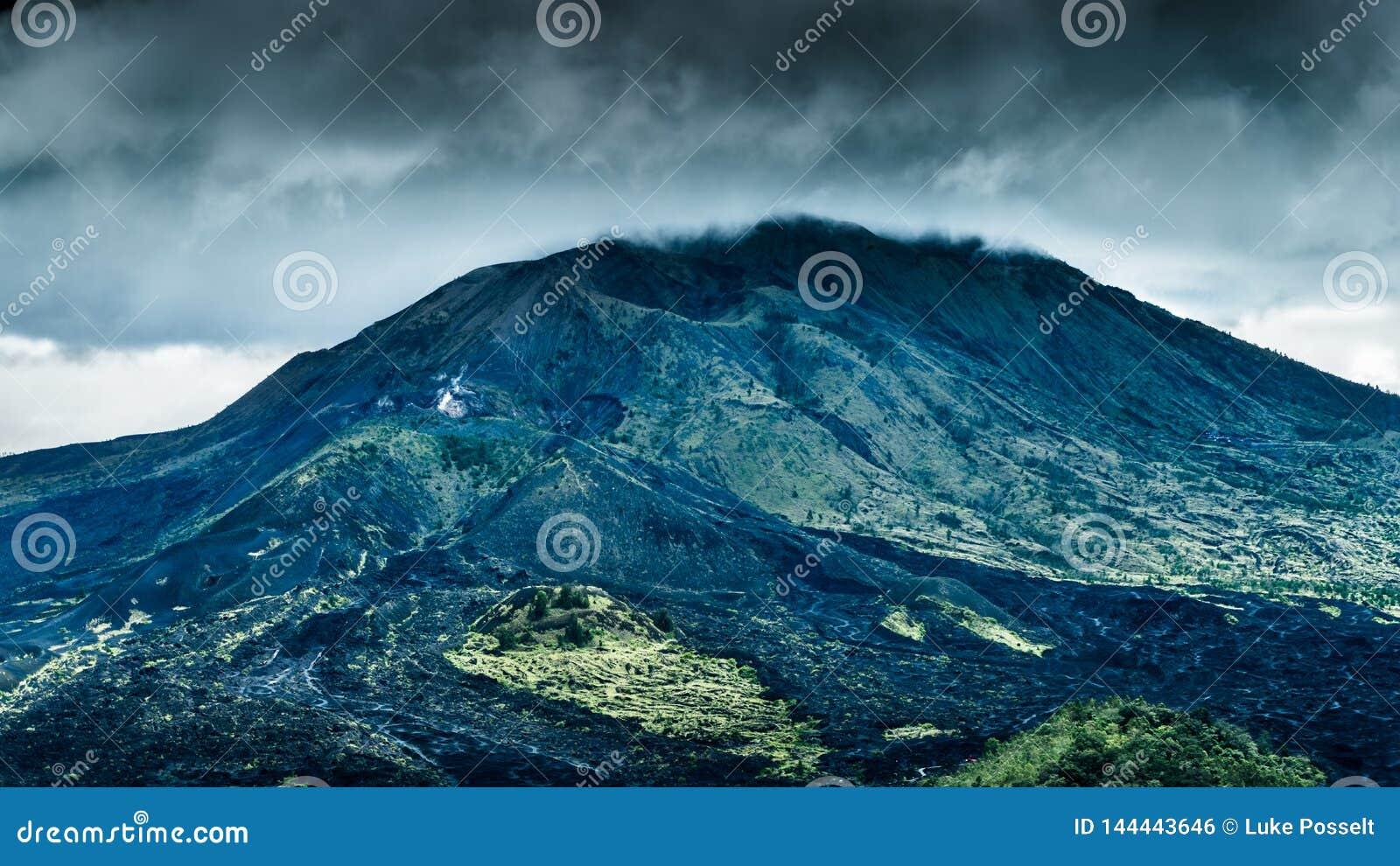 Vulcão Bali do Mt Batur, nuvens tormentosos de Ubud Indonésia