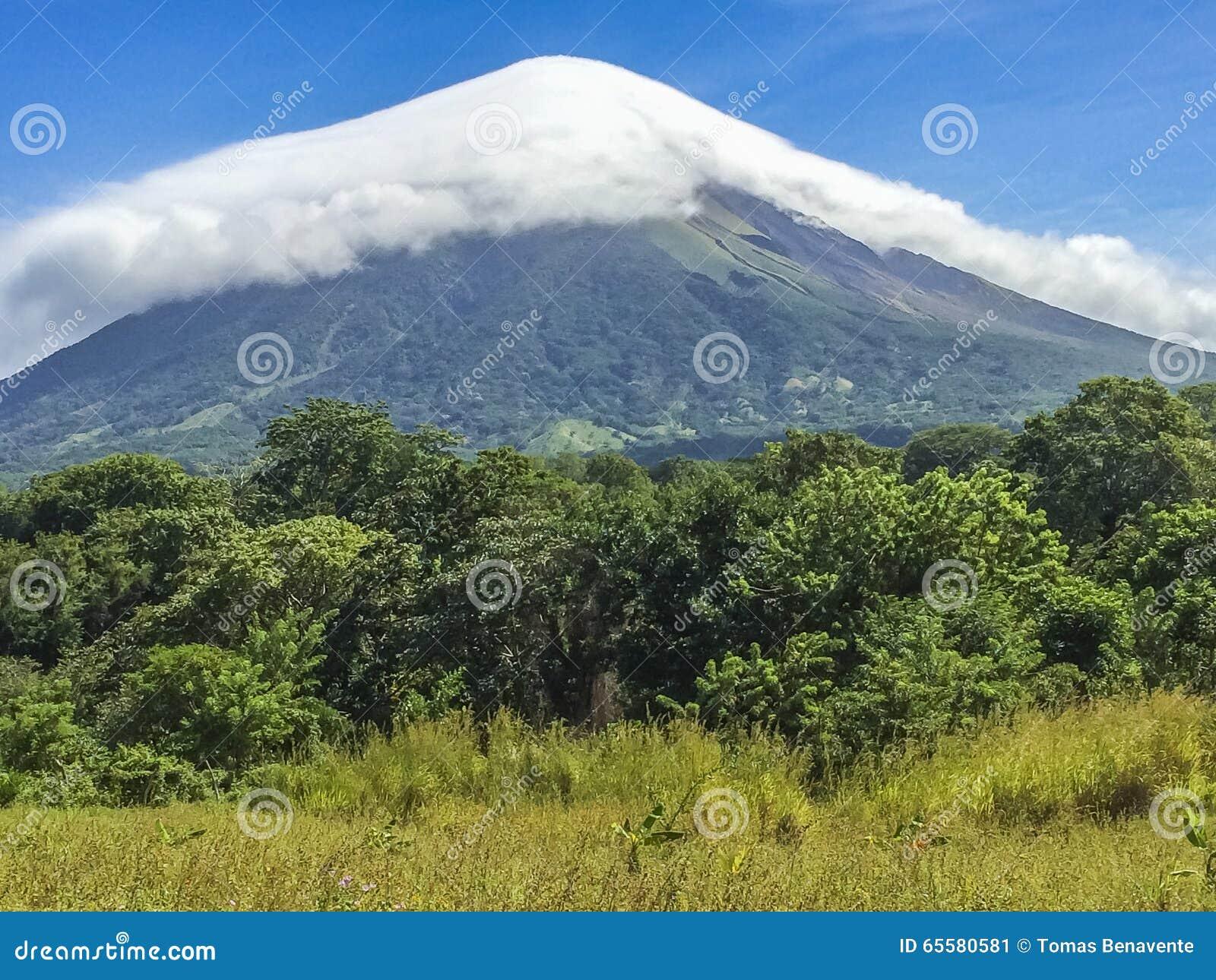 Vulcão de Concepción coberto pela nuvem branca,