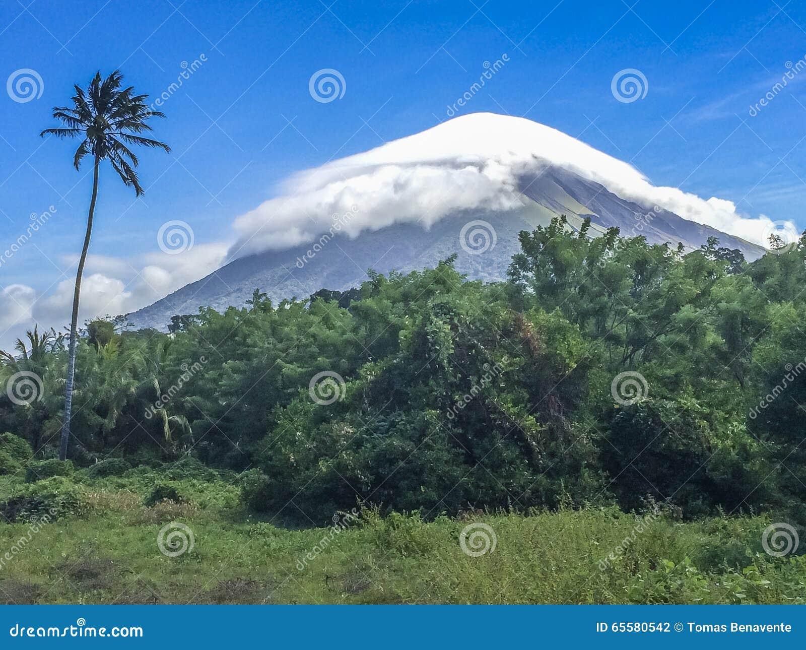 Vulcão de Concepción coberto pela nuvem branca, ilha de Ometepe, Rivas, Nicarágua