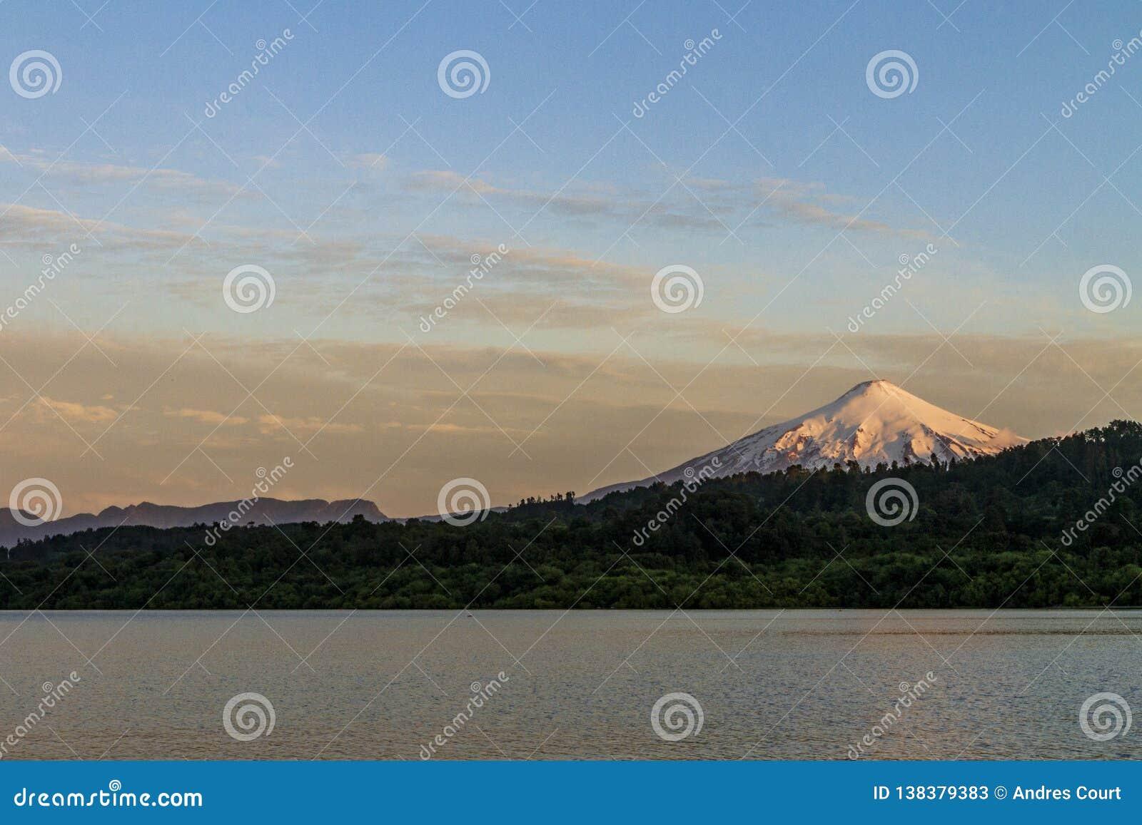 Vulcão de Villarrica de um lago