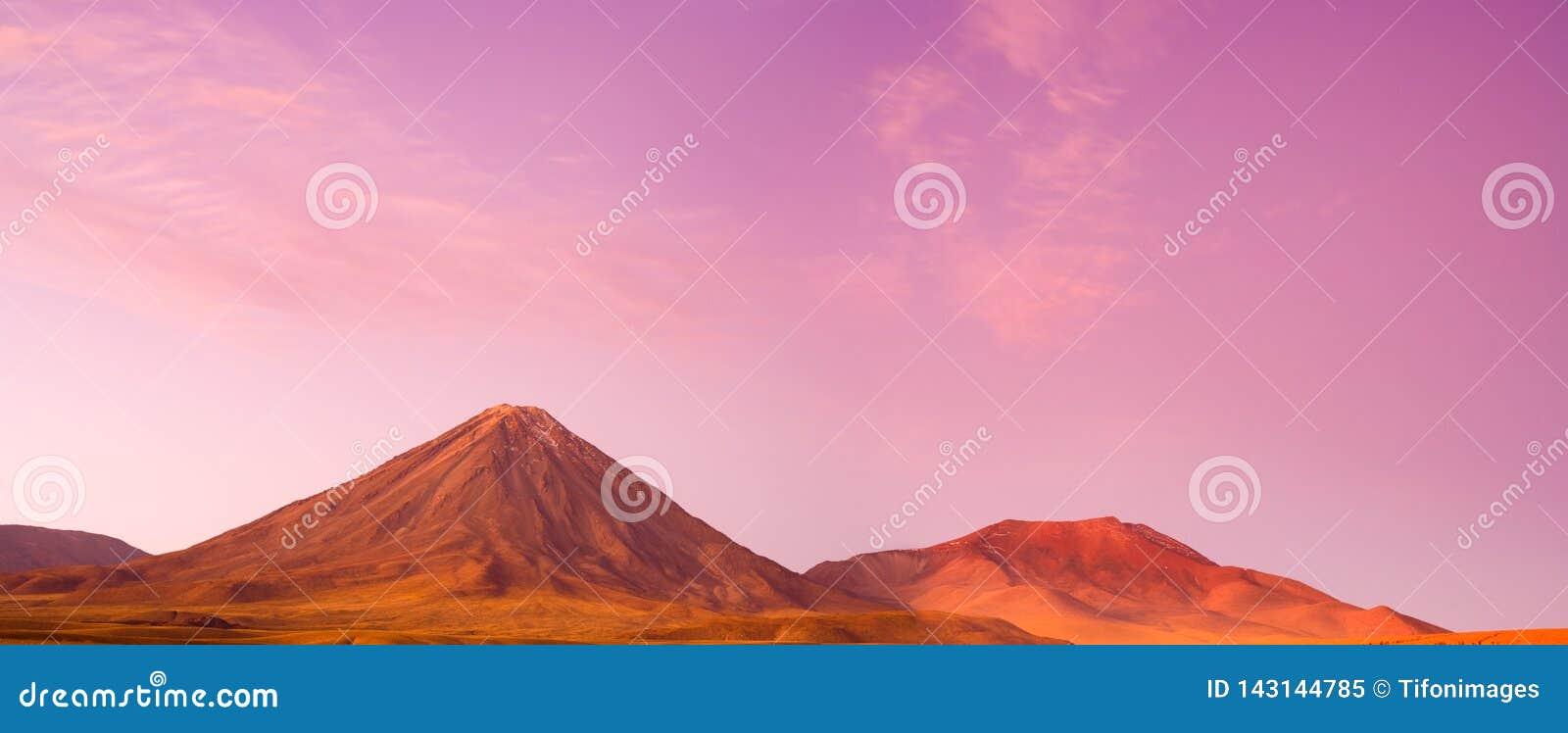 Vulcão no por do sol, San Pedro de Atacama de Licancabur, deserto de Atacama, o Chile