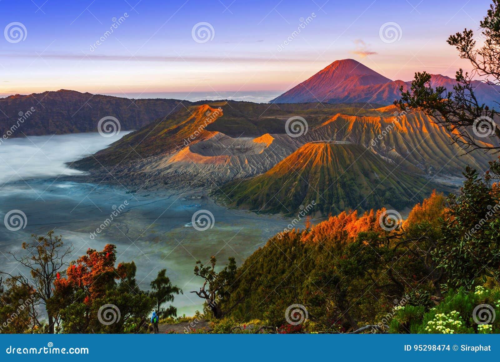Vulcani nel parco nazionale di Bromo Tengger Semeru ad alba java