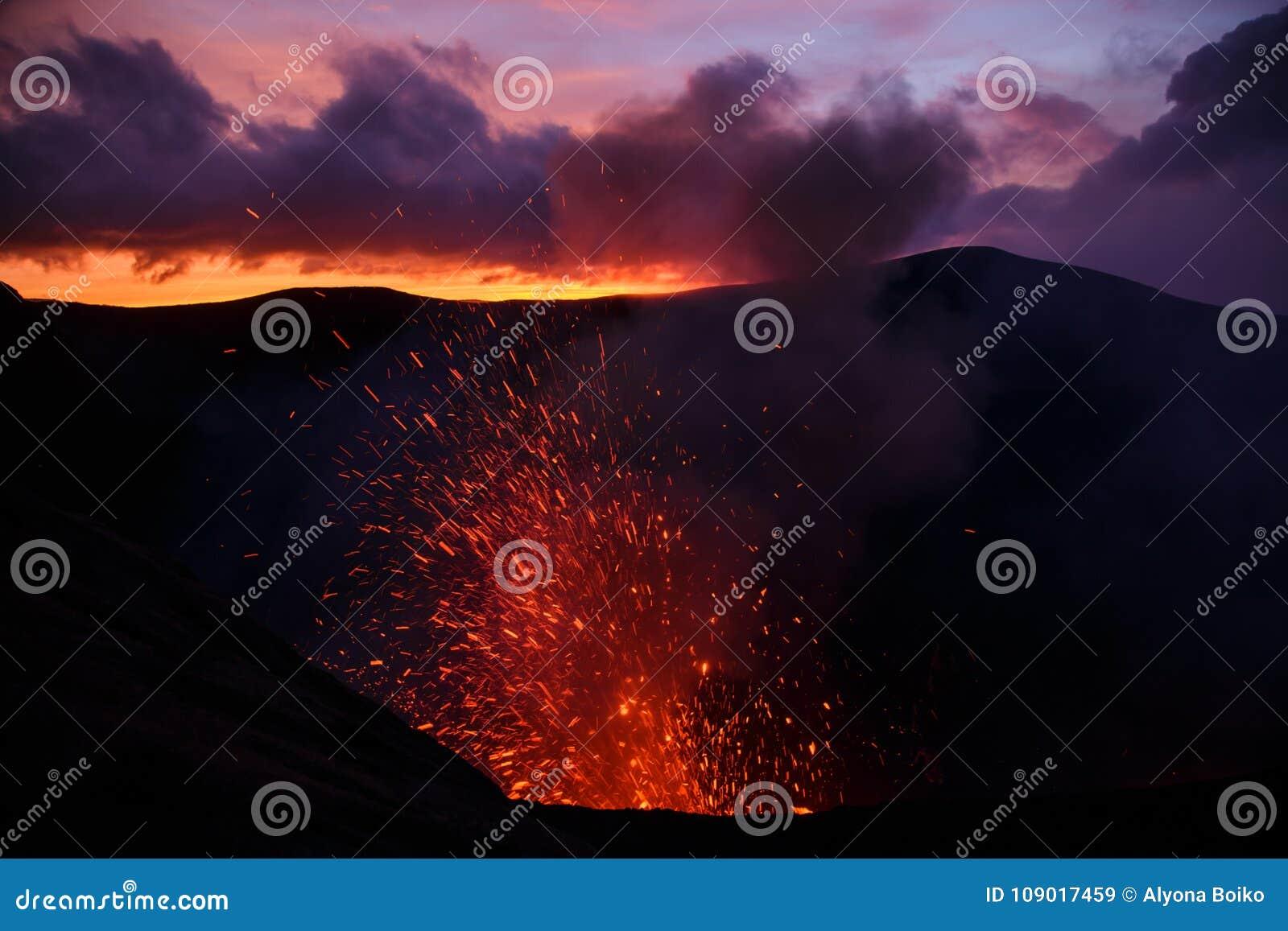 Vulcano de Yasur da erupção, por do sol na borda da cratera, Tanna, Vanuatu