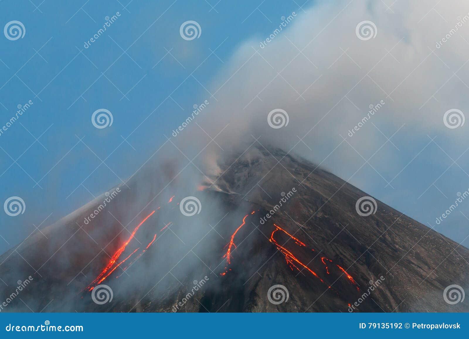 Vulkanische uitbarsting - lavastromen op helling van vulkaan