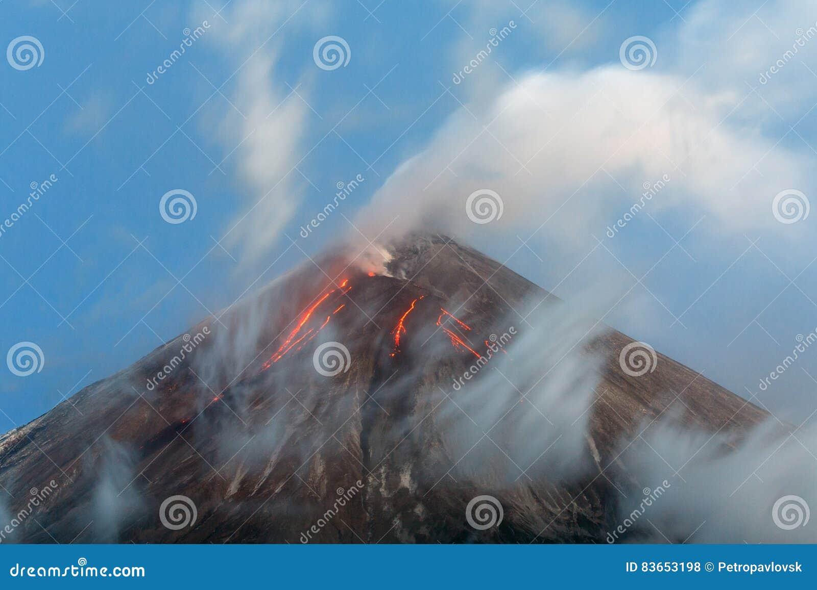 Vulkanische uitbarsting - lavastromen van krater van vulkaan