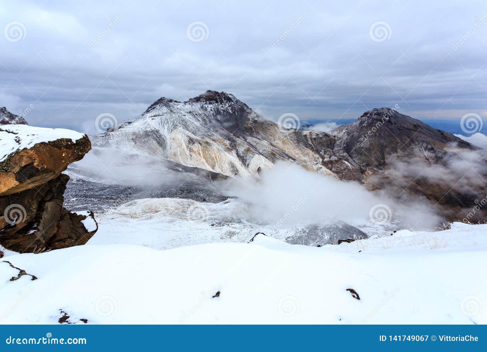 Vulkanisk krater av monteringen Aragats, nordlig toppmöte, på 4 090 M, Armenien