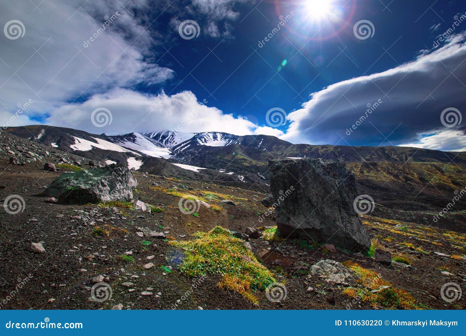 Vulkanisk liggande Avachinsky vulkan - aktiv vulkan av den Kamchatka halvön Ryssland Far East