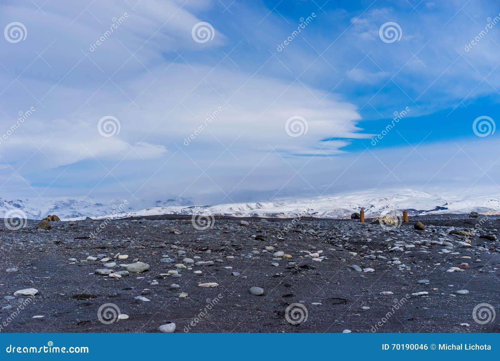 Vulkaniskt vagga totalt med berg i bakgrunden