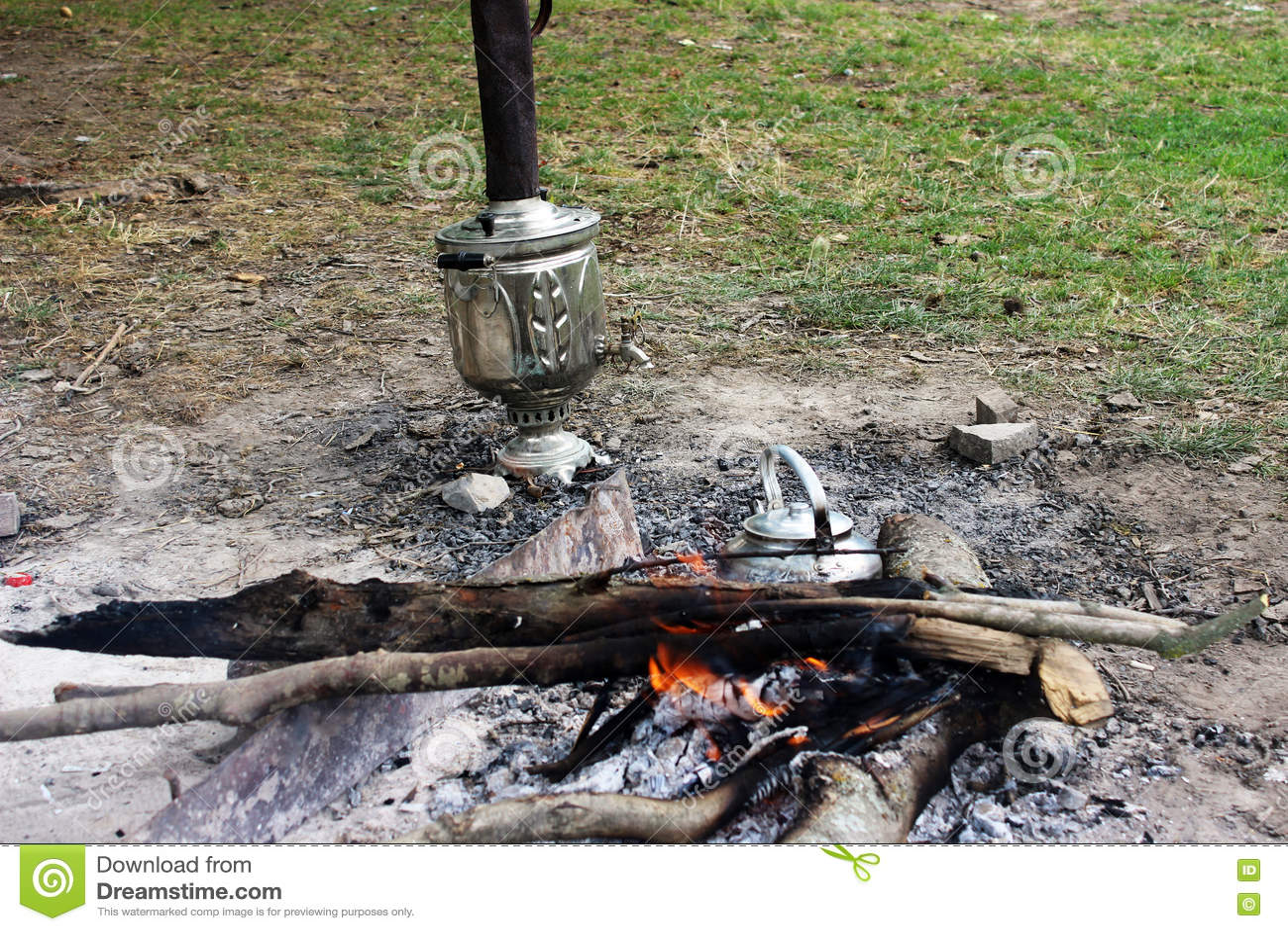 Vuur, de reisketel van het ijzermetaal, samovar en hete steenkolen