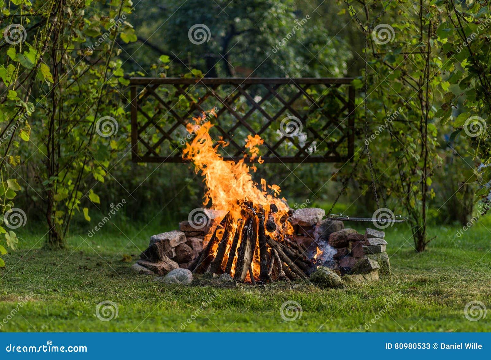 Vuur in de tuin met grillage klaar voor bbq stock afbeelding