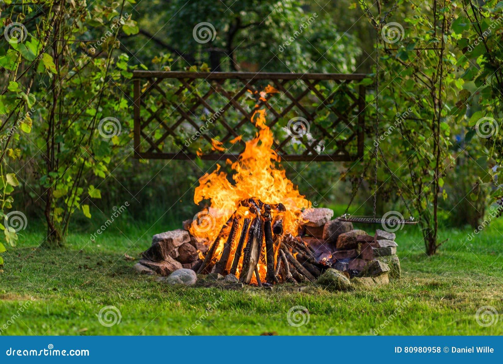 Vuur in de tuin met grillage klaar voor bbq stock foto