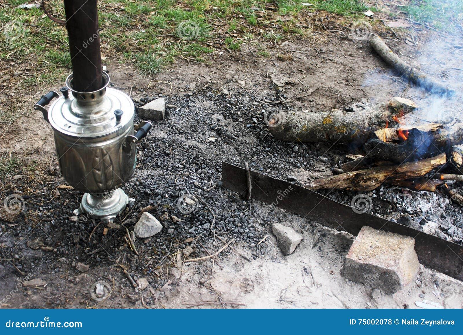 Vuur, samovar en hete steenkolen