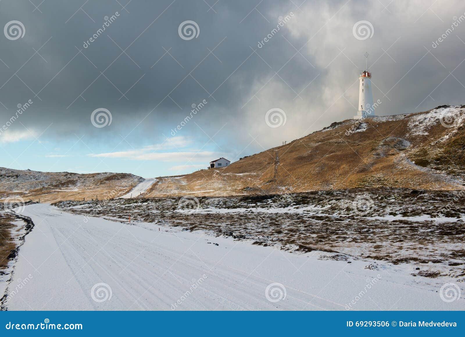 Vuurtoren dichtbij geothermisch gebied Gunnuhver bij de winter, Reykjanes-Schiereiland, IJsland