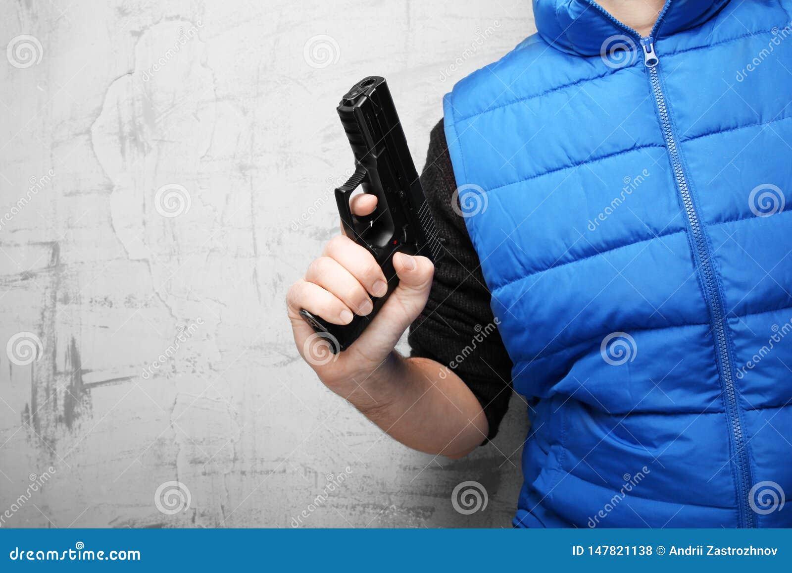 Vuurwapens voor zelf-defensie Zwart pistool in mannelijke hand