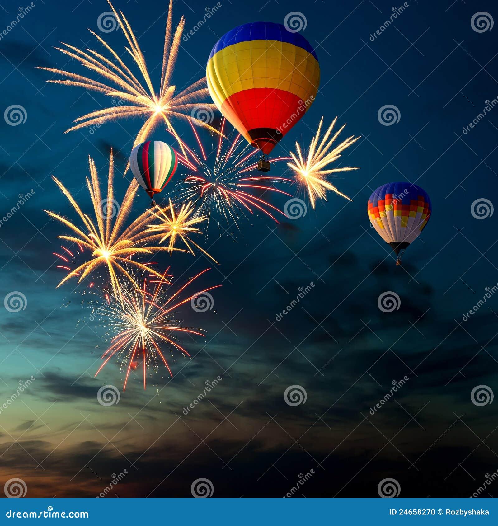 Vuurwerk en hete lucht-ballon bij zonsondergang