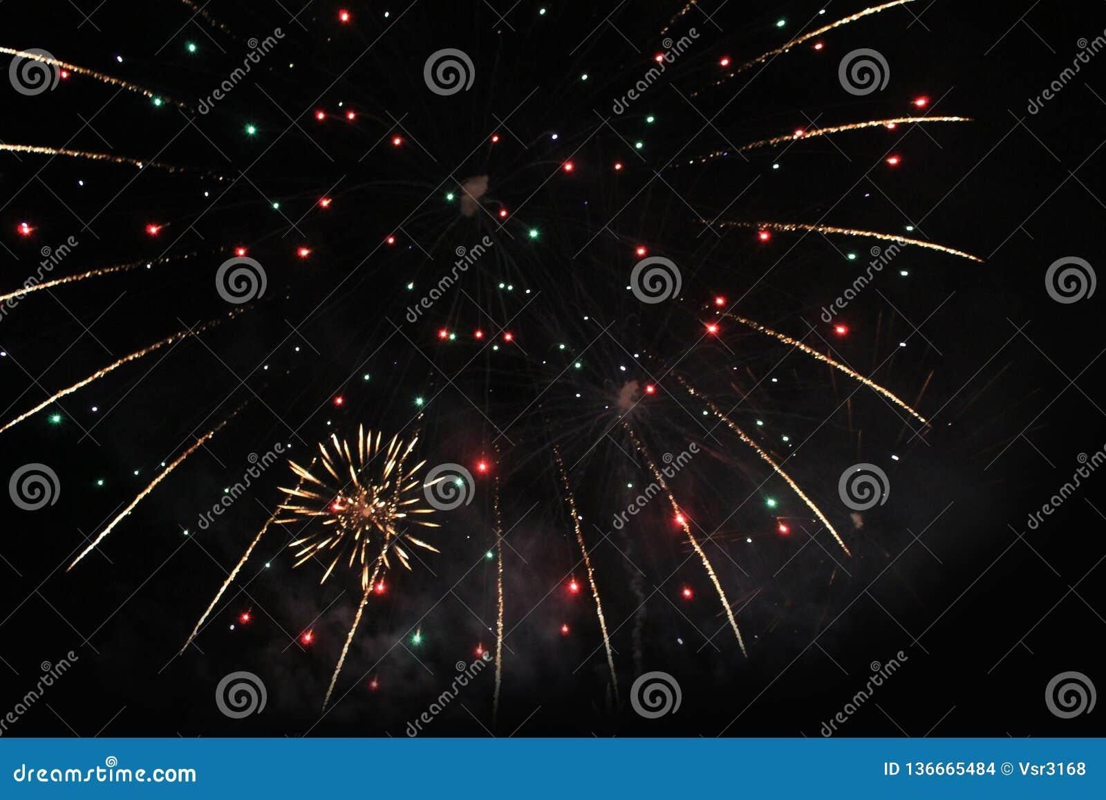Vuurwerk vuurwerk Hemelse achtergrond Verbazende slinger van het fonkelen het fonkelen lichten in de nachthemel tijdens het Nieuw