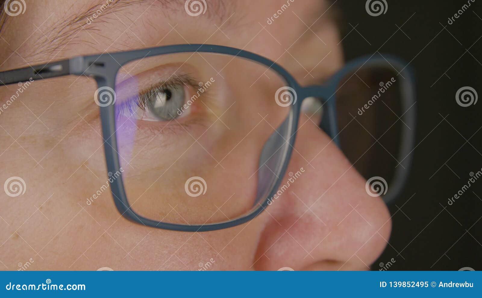 Vuxen kvinna för framsida i glasögoncloseup Skönhet vision, oftalmologibegrepp
