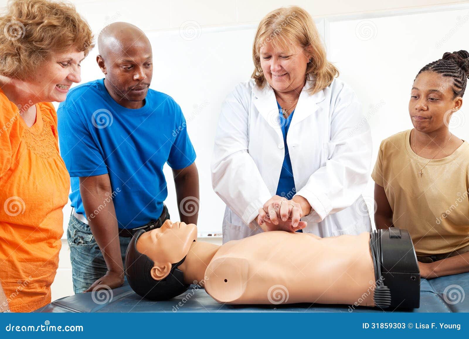 Vuxenutbildningstudenter lär CPR