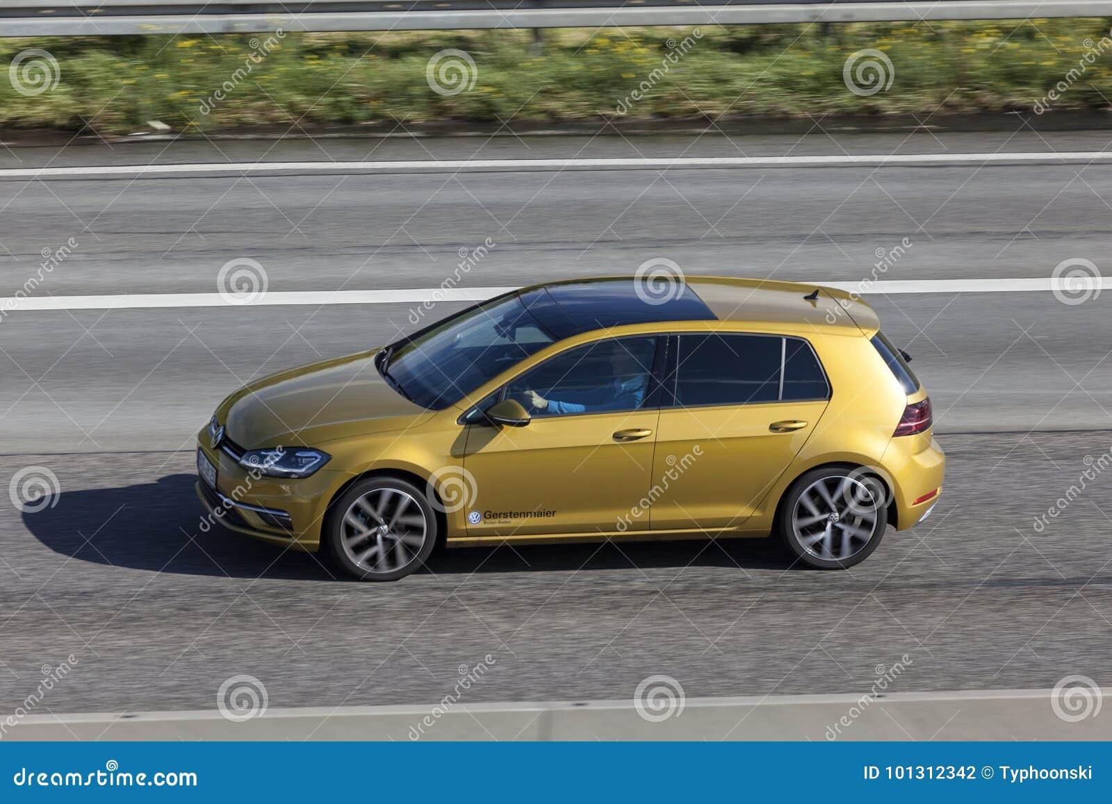 VW Golf sur la route