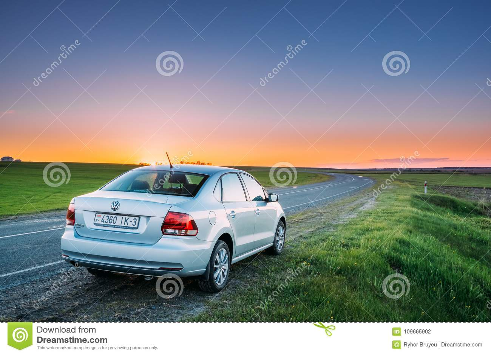 VW Volkswagen Polo Vento Sedan Car Parking nära Asphalt Country