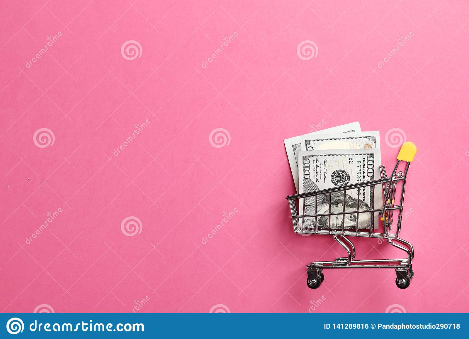Wózek na zakupy na różowym tle