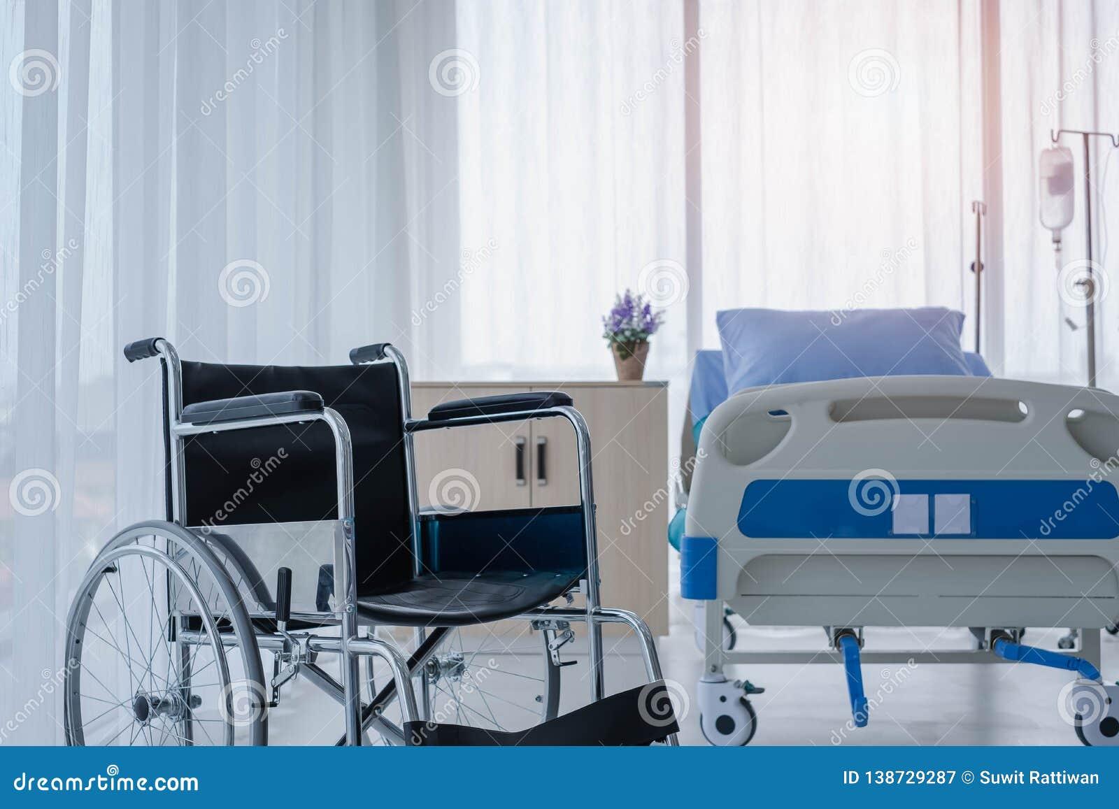 Wózki inwalidzcy w sali szpitalnej