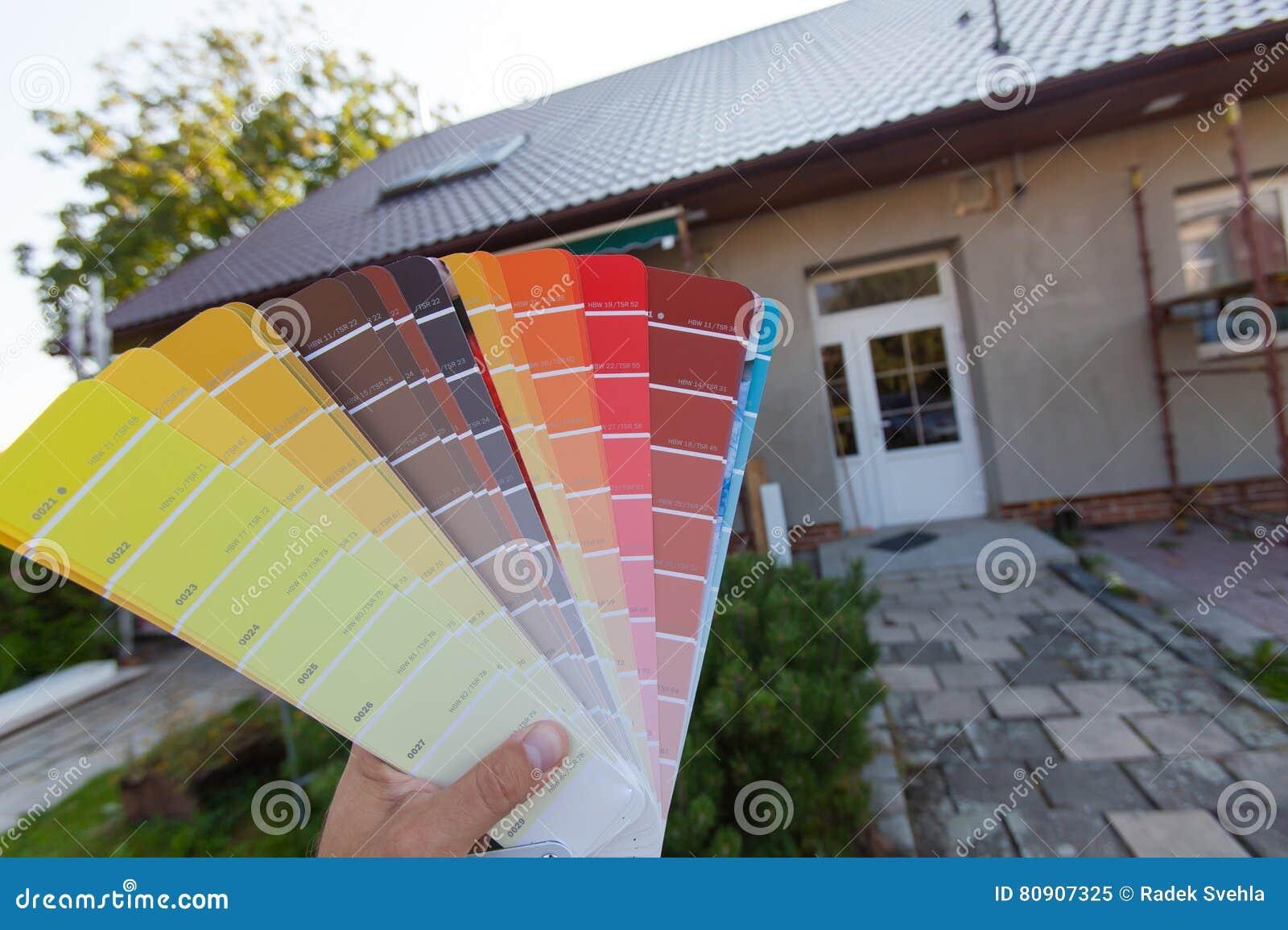 Wählen Einer Neuen Farbe Der Fassade Stockbild - Bild von ...