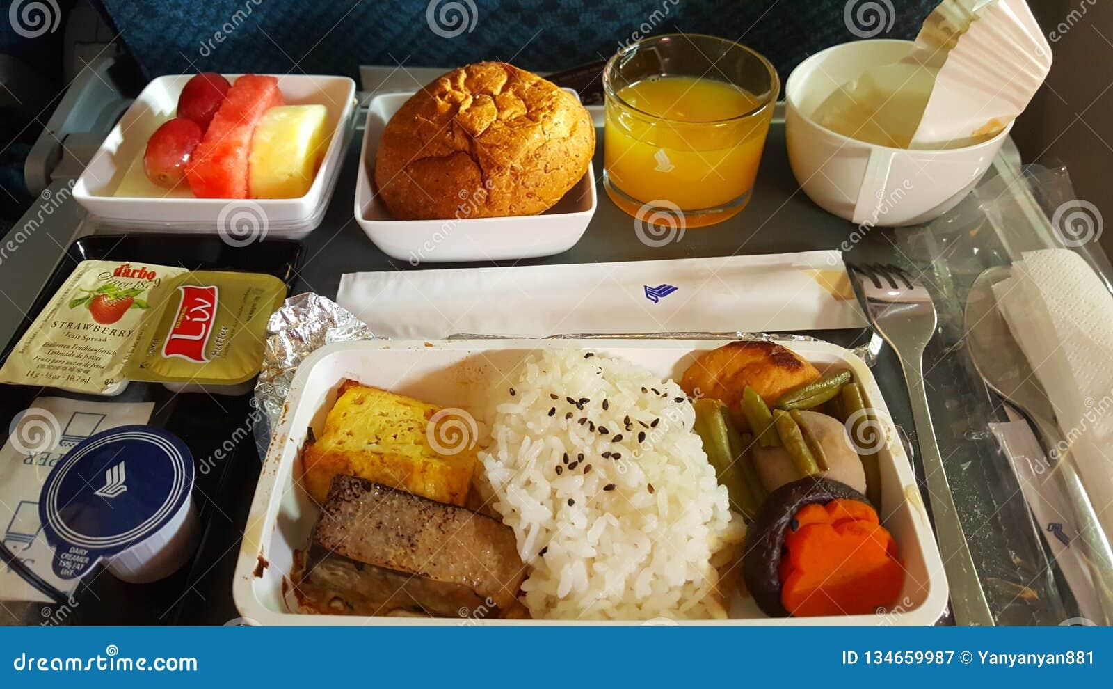 Während des Betriebsnahrung und Service an Bord des Singapore Airlines-Mittagessensatzes