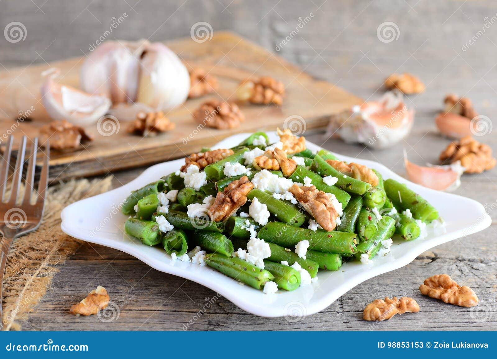 Wärmen Sie Salat Der Grünen Bohne Mit Hüttenkäse Und Abgezogenen ...