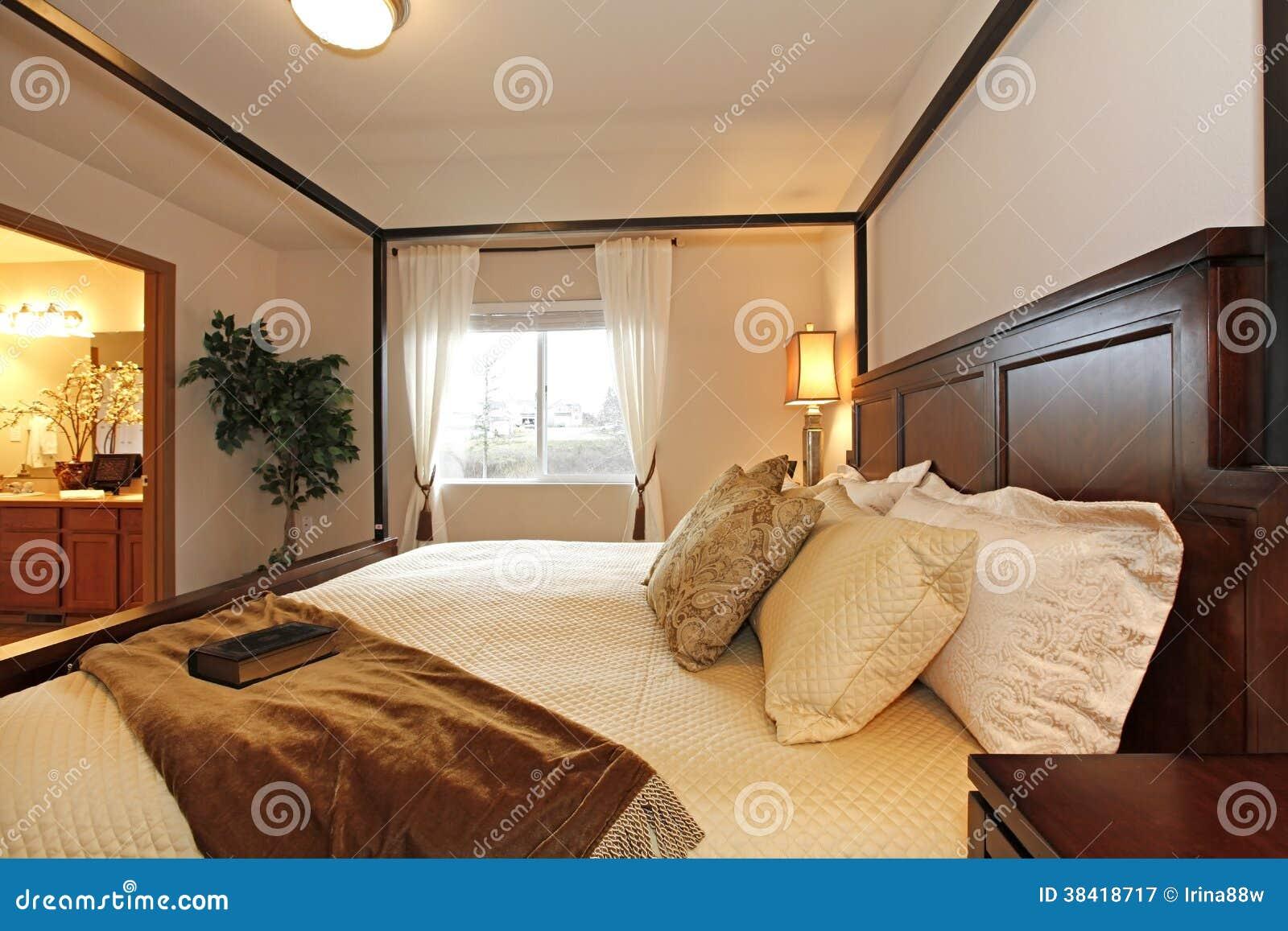 Wärmen Sie Schönes Schlafzimmer Mit Einem Hochbeitragsbett Stockbild ...