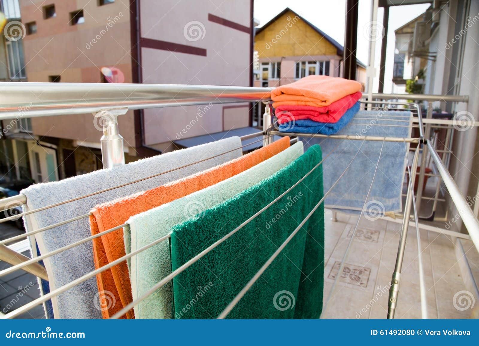 Wäschetrockner Mit Tüchern Auf Dem Balkon Stockfoto - Bild von ...