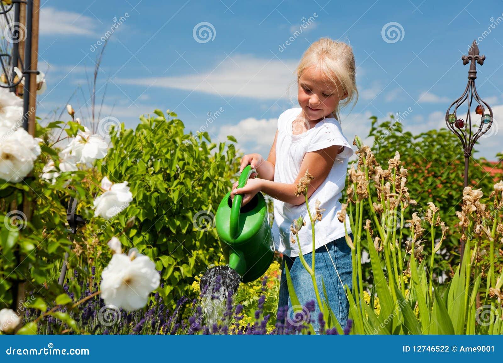 Wässernblumen des kleinen Mädchens