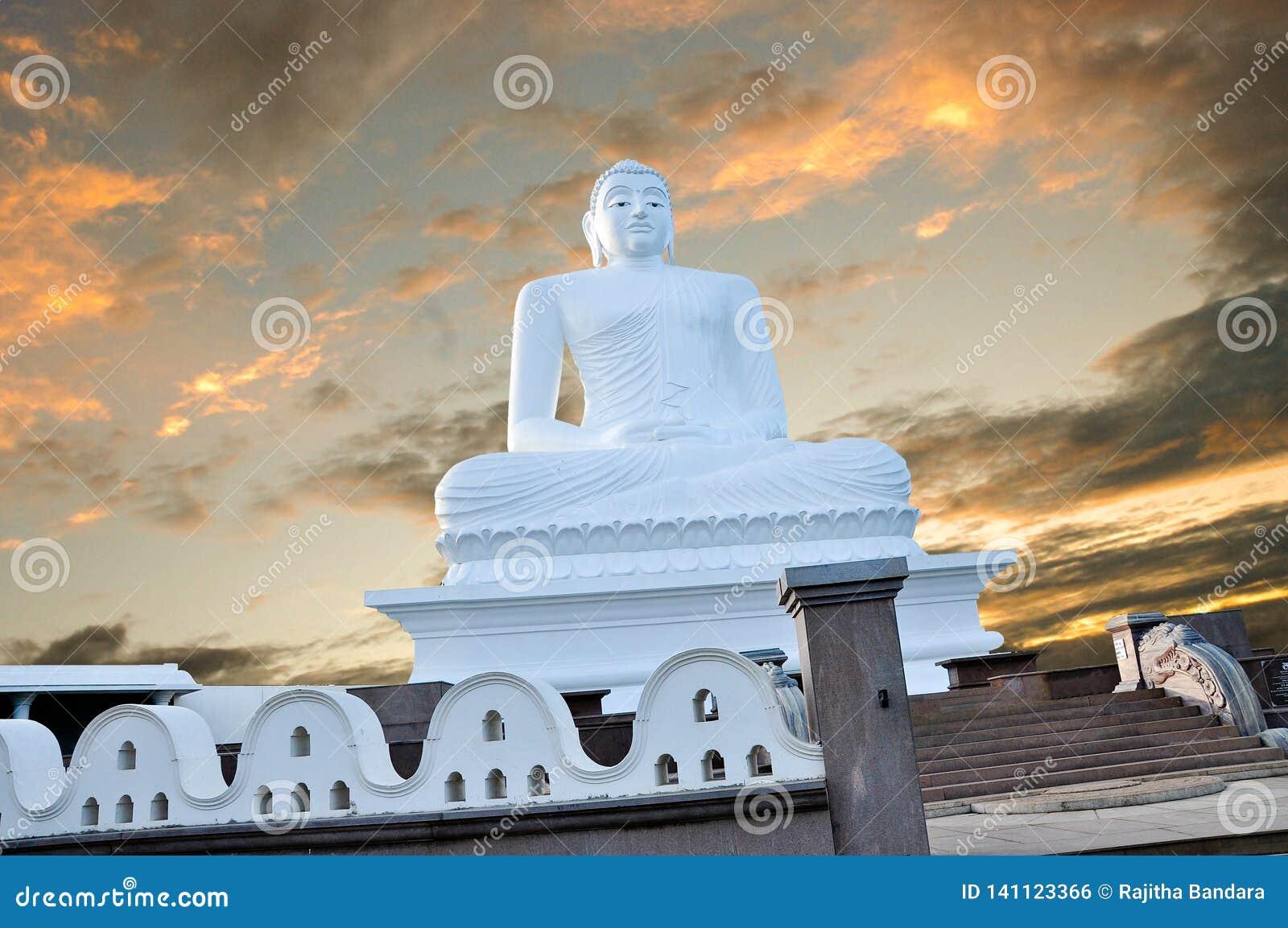 Władyka Buddha w Mahiyangana Sri lance