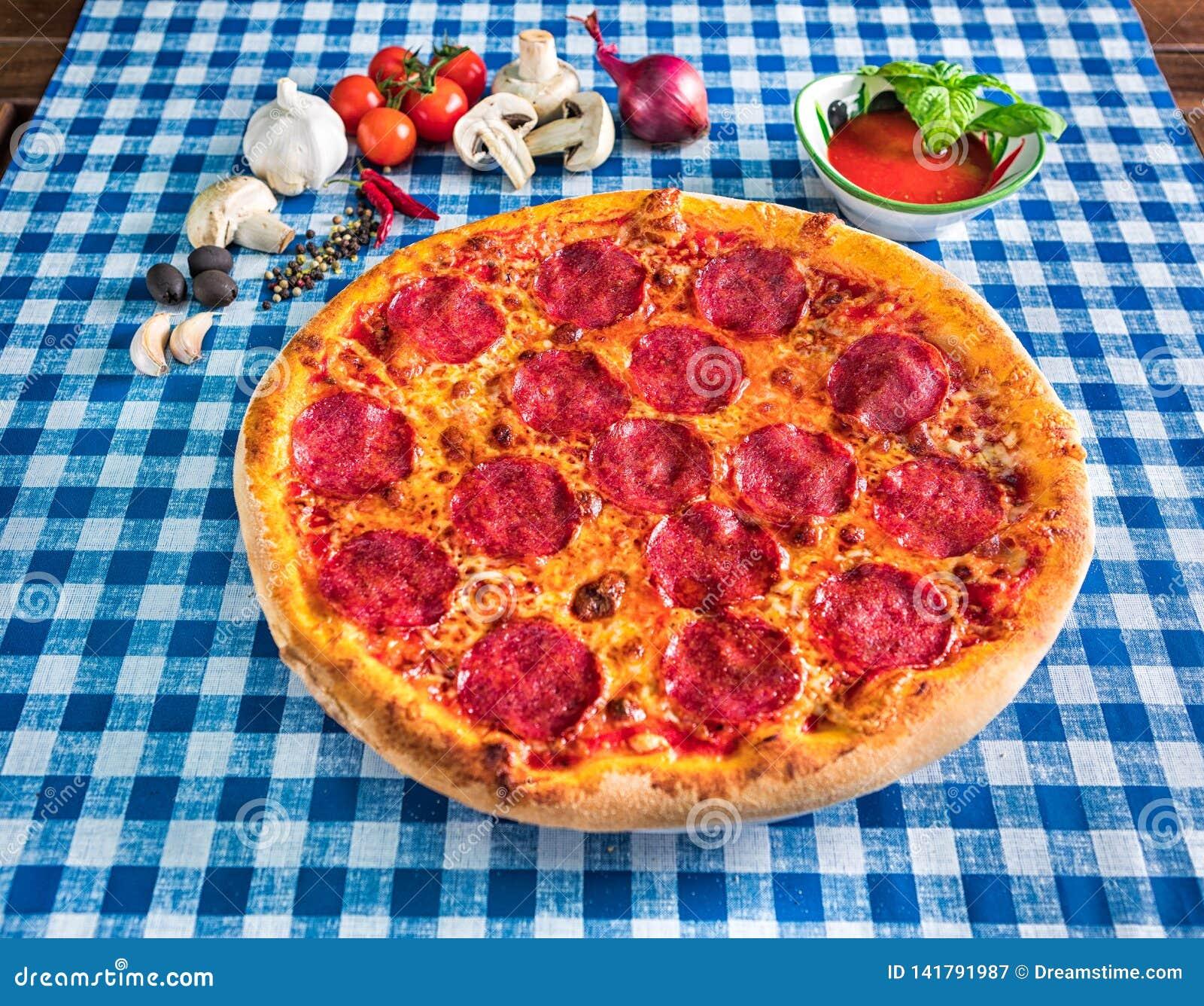 Włoski salami i serowa pizza