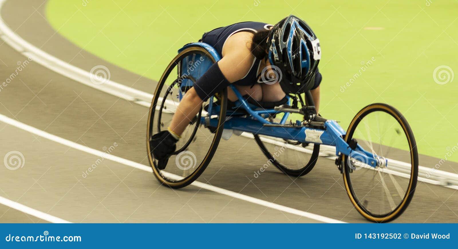 Wózek inwalidzki atleta ściga się milę indoors