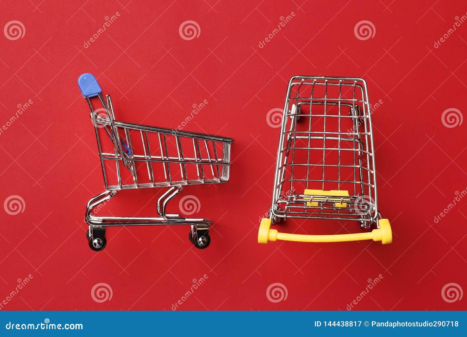 Wózek na zakupy na czerwonym tle