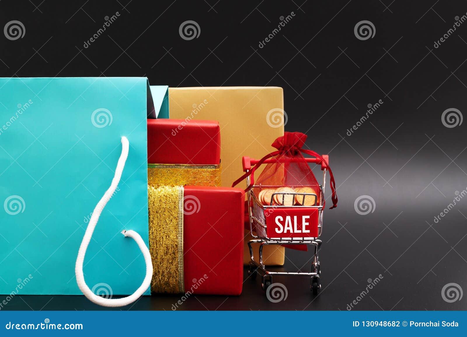 Wózek na zakupy i torby na zakupy z prezenta pudełkiem, koniec roku sprzedaż, 11 11 przerzedżą dzień sprzedaży pojęcie