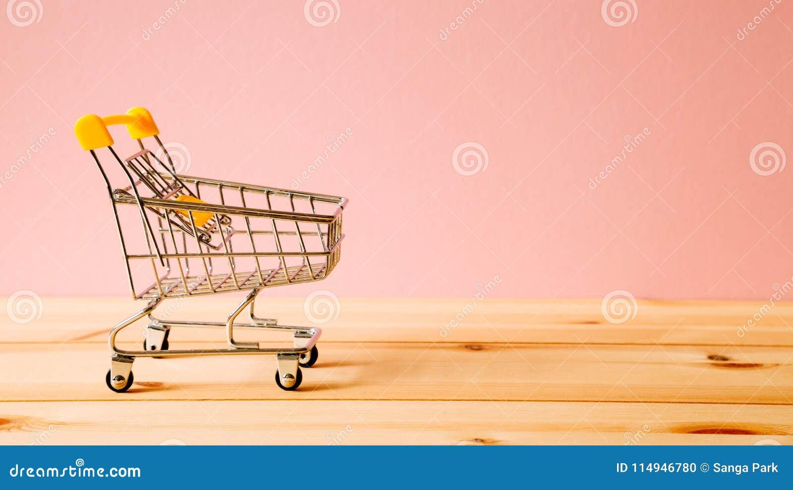 Wózek na zakupy na stole
