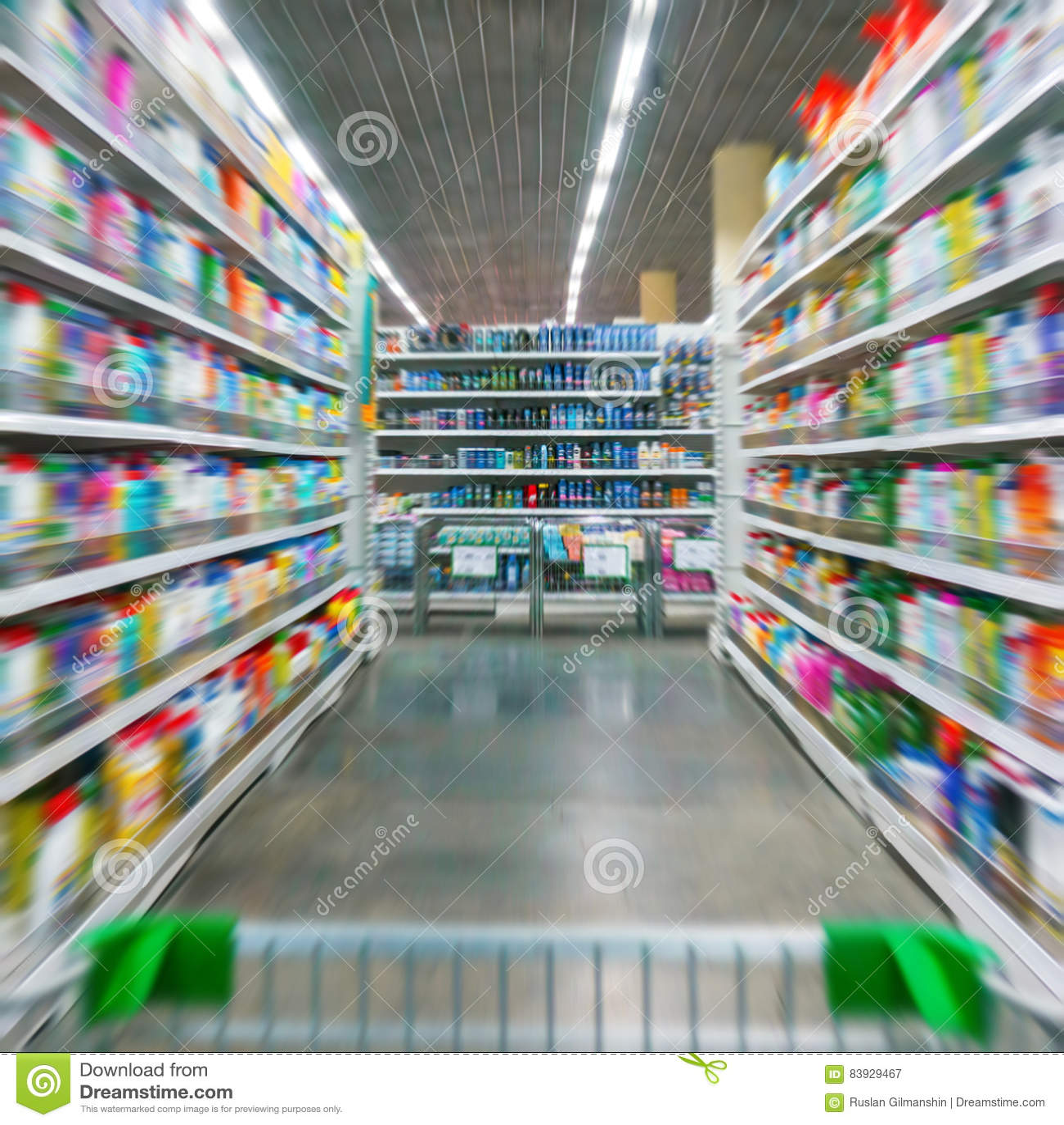 Wózek Na Zakupy widok na supermarket nawie, półkach i - wizerunek Płytką głębię pole