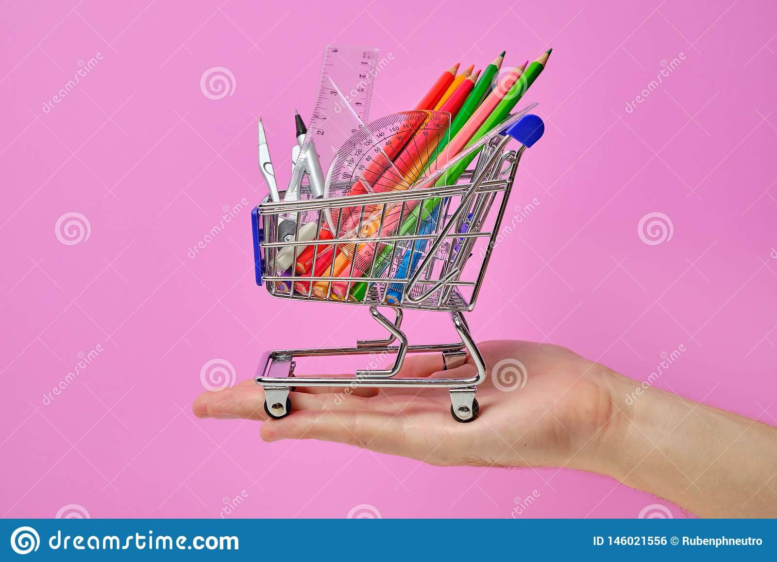 Wózek na zakupy z szkoła personelu mieniem w ręce