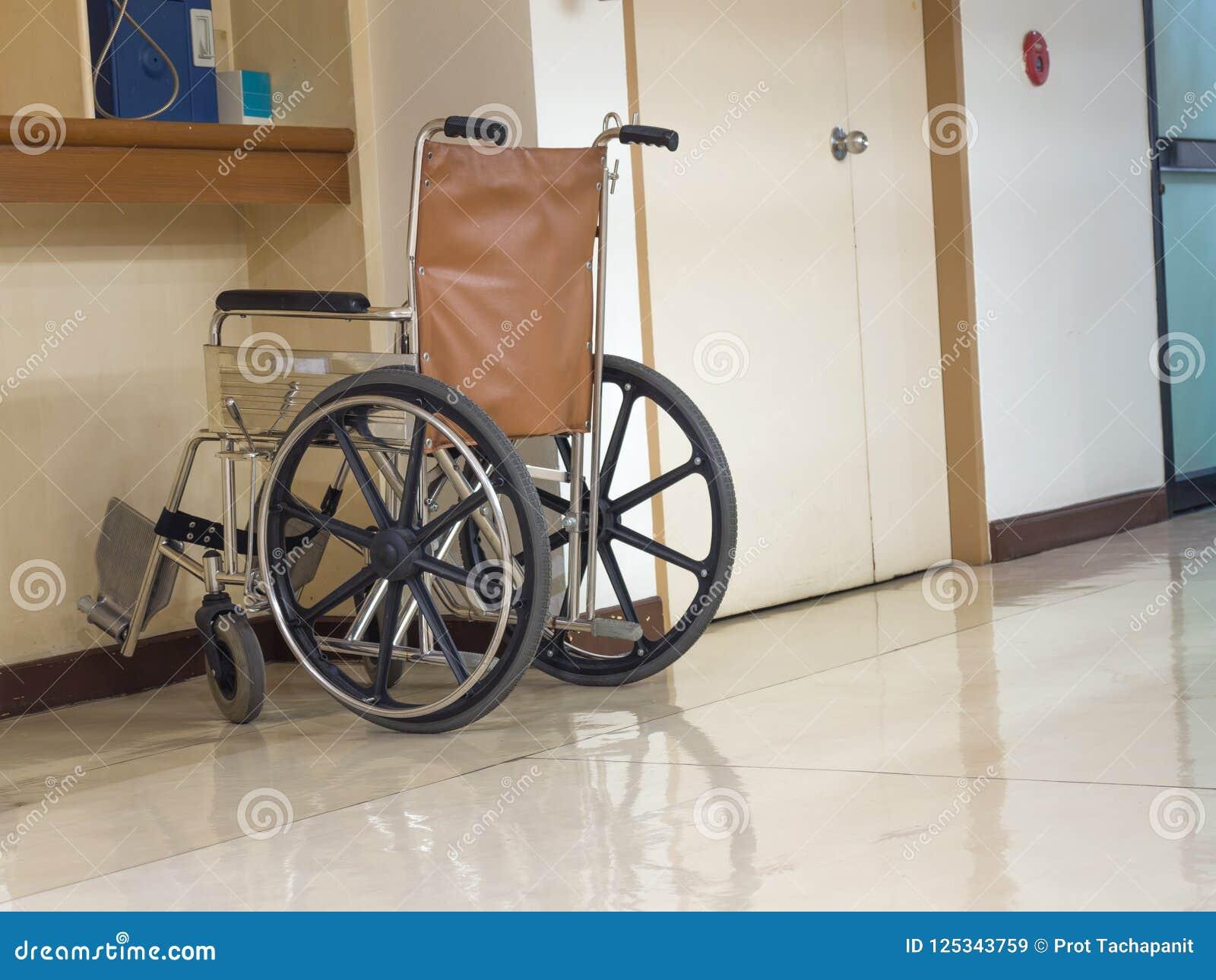 Wózka inwalidzkiego parking w przodzie błękitny jawny telefon w szpitalu Wózek inwalidzki dostępny dla starszych osob lub chorych