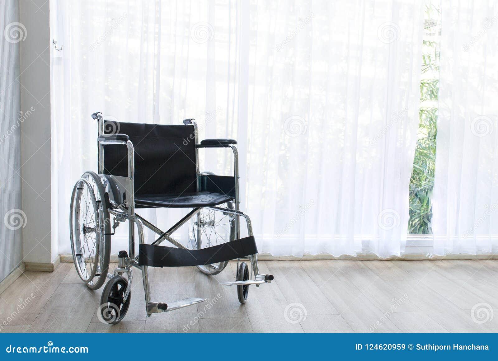 Wózki inwalidzcy czeka usługa na sala szpitalnej z słońca światłem