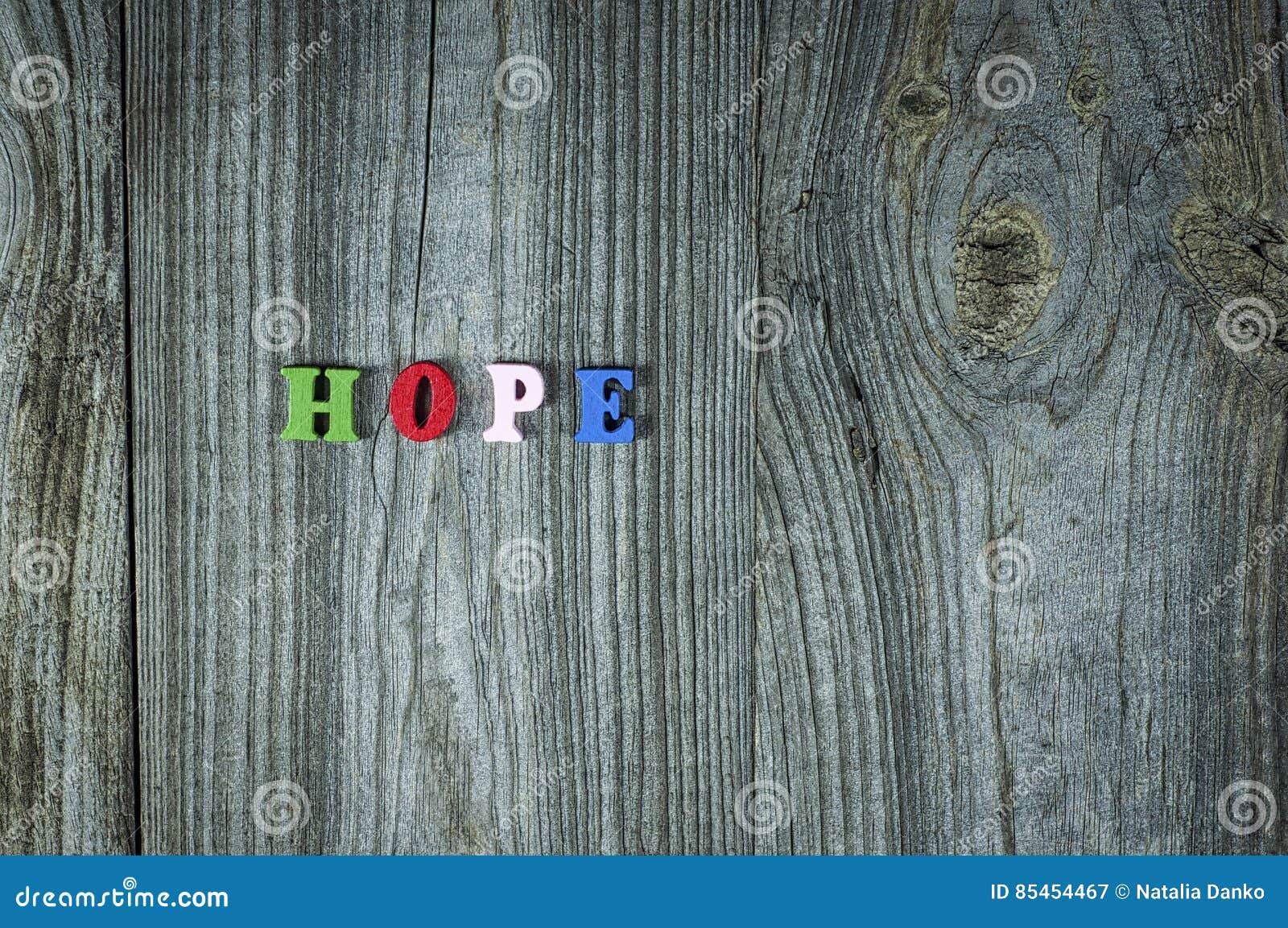 Wörter der Hoffnung von den kleinen mehrfarbigen hölzernen Buchstaben