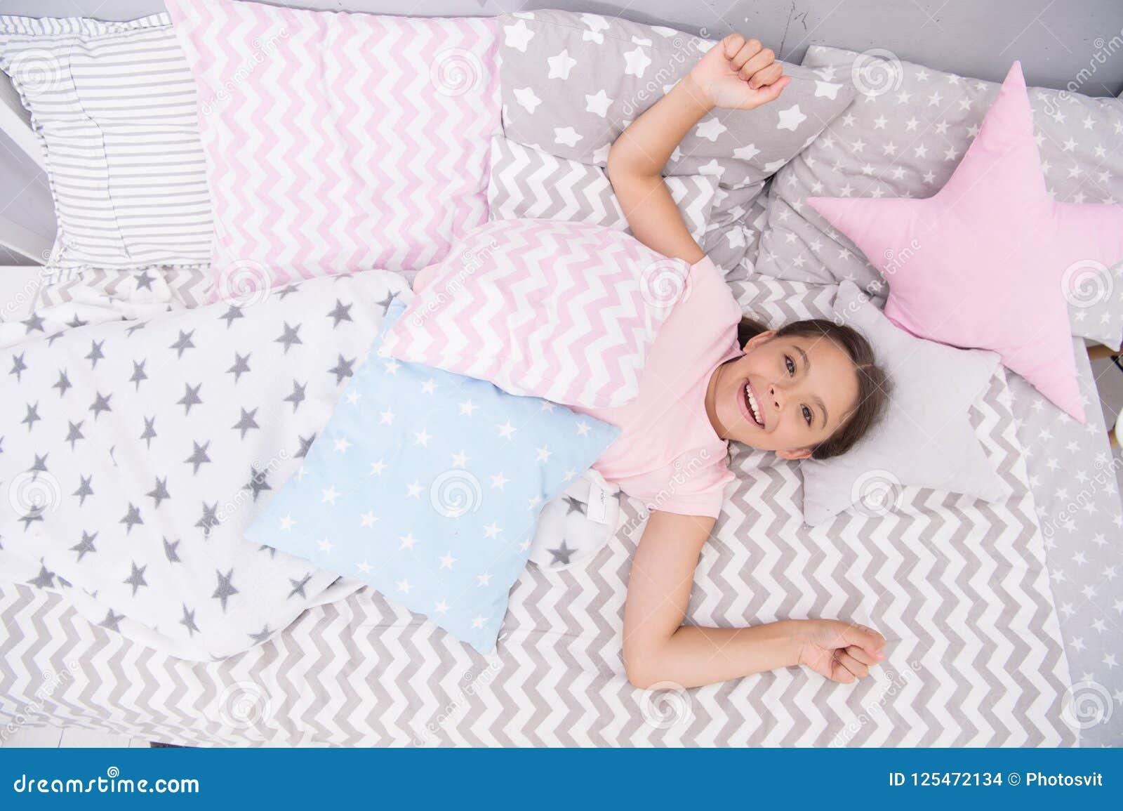 Wünschen Sie ihren guten Morgen Mädchenkind gelegt auf Bett ihr Schlafzimmer Kind wach und voll von der Energie Angenehme Zeit en