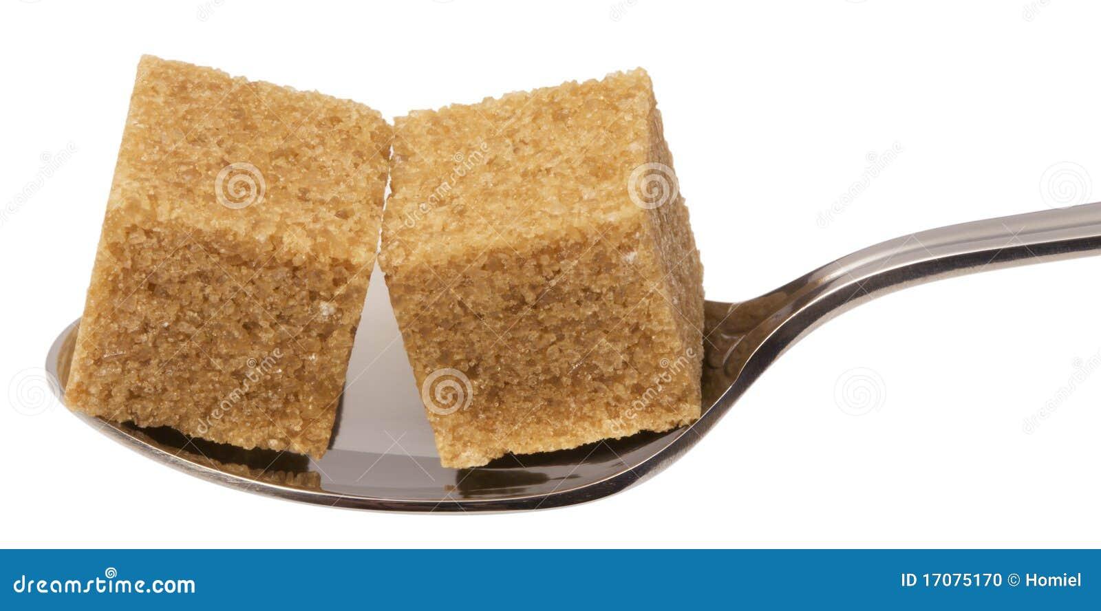 Würfel des braunen Zuckers auf Löffel