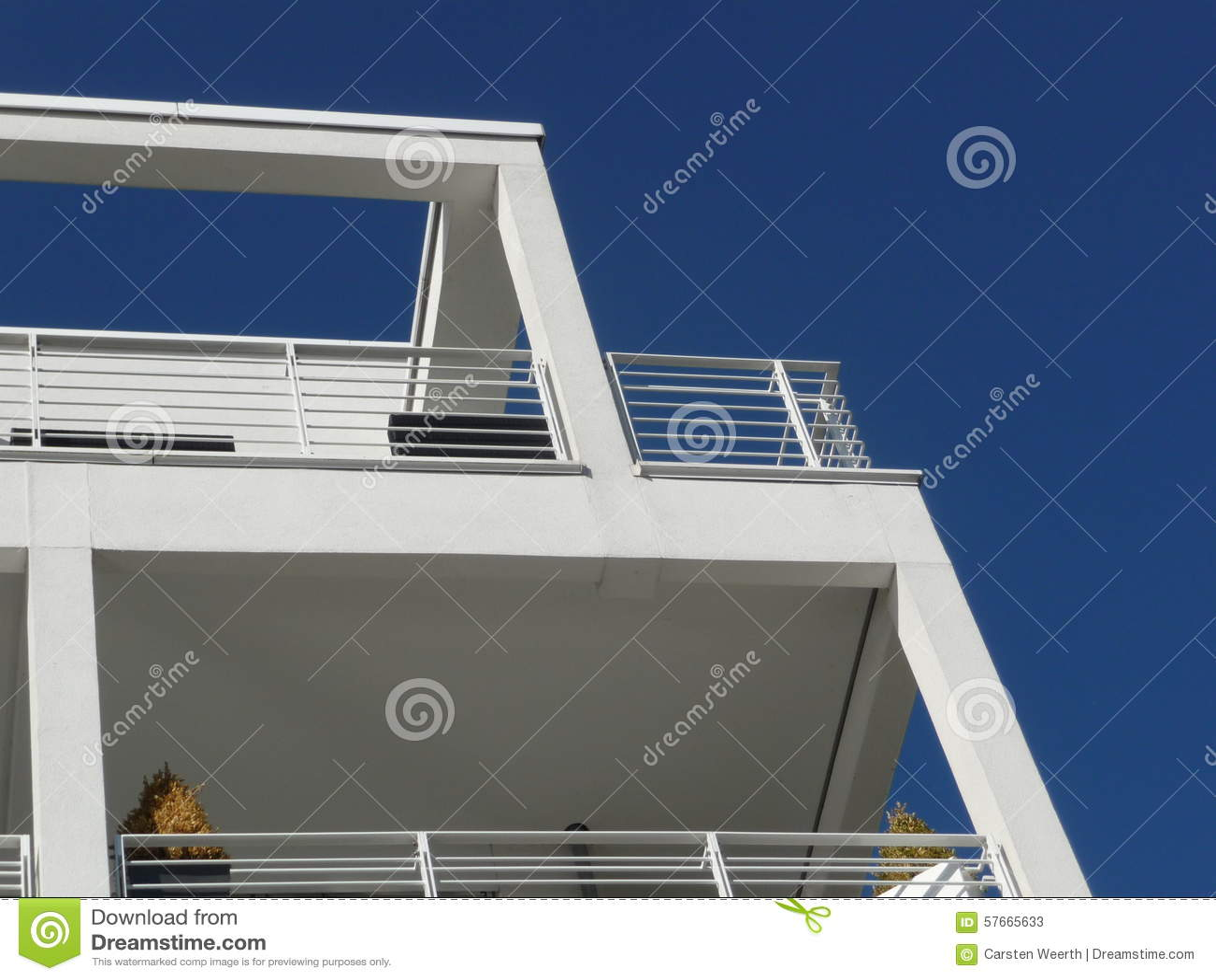 Würfelgebäudedetails und -balkon von unterhalb gesehen